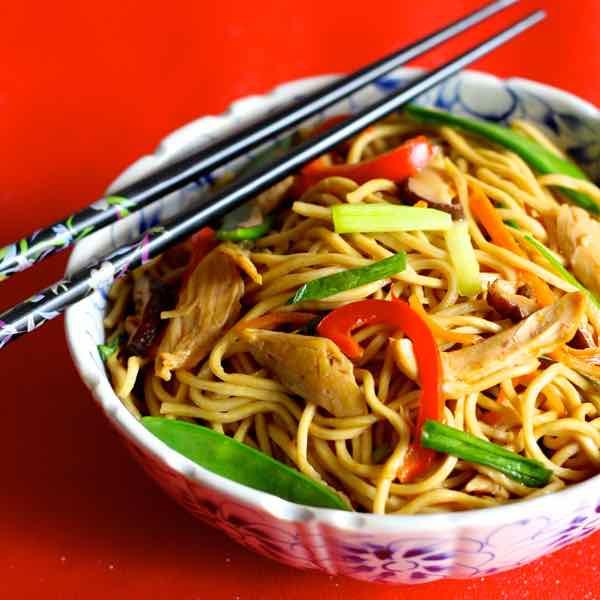 Noodles de cumpleaños con verduras y proteína