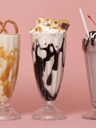 malteada de chocolate, caramelo y cookies & cream